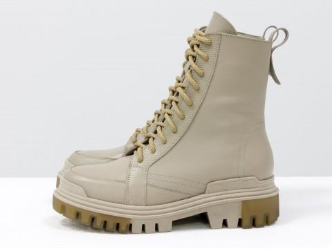 Высокие  ботинки  из бежевой кожи на тракторной подошве с молнией впереди, Б-2088-02