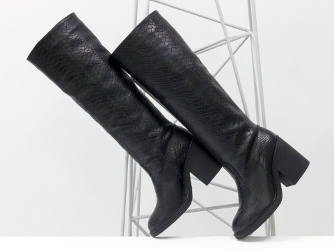 Осенние сапоги черного цвета из натуральной кожи питон на устойчивом каблуке