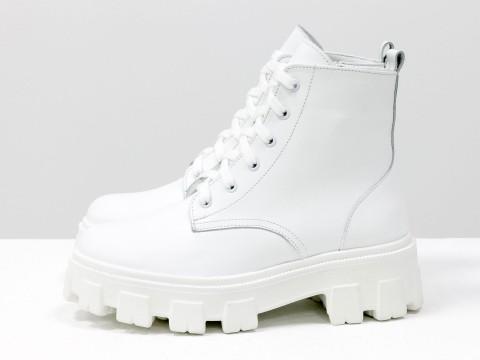 Белые ботинки-берцы из натуральной кожи на высокой шнуровке, на тракторной подошве белого цвета, Б-2106-01