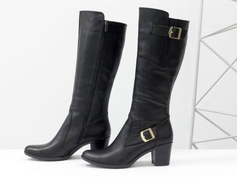 Сапоги черного цвета из натуральной кожи на каблуке