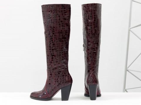Бордовые сапоги на каблуке из натуральной кожи с крупными каплями лака