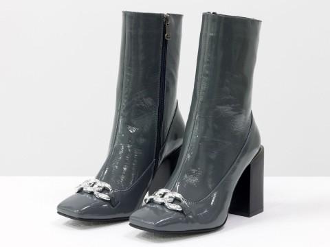 Женские  ботинки из натуральной серой лаковой кожи на квадратном матовом каблуке с фурнитурой впереди, Б-2080-03