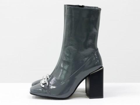 Женские классические ботинки серого цвета из натуральной лаковой кожи с фурнитурой, Б-2080-03