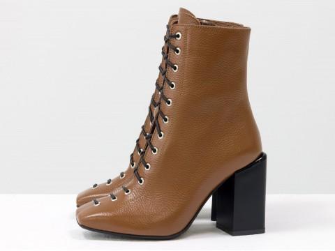 Дизайнерские базовые ботильоны на шнуровке из натуральной кожи рыжего цвета  на высоком квадратном каблуке, Б-2093-02