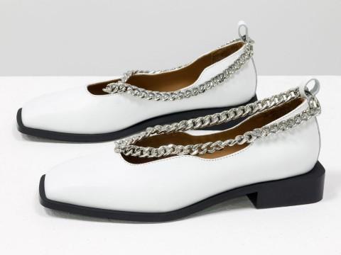 Туфли из итальянской кожи белого цвета на низком ходу с серебряной цепочкой, Т-2113-01