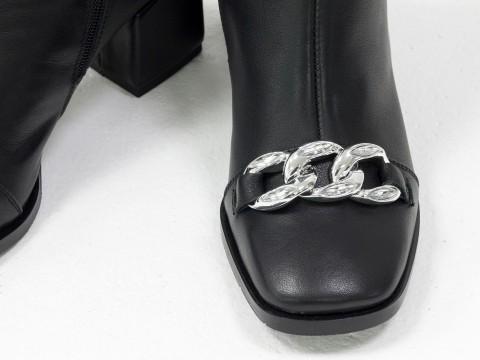 Женские  ботинки из натуральной черной кожи на квадратном  каблуке с фурнитурой впереди, Б-2086-05