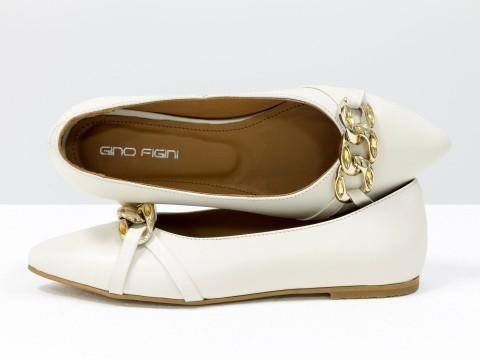 Женские туфли на низком ходу из натуральной молочной кожи с золотой фурнитурой, Т-2109-01
