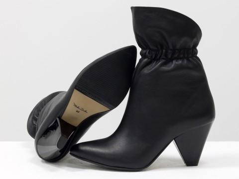 Сапоги-казаки из натуральной кожи черного цвета на треугольном каблуке
