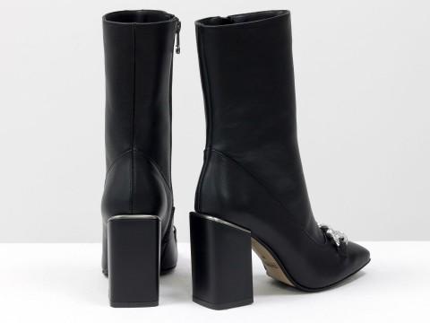 Женские  ботинки из натуральной черной кожи на квадратном матовом каблуке с фурнитурой впереди, Б-2080-02
