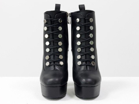 Классические женские ботинки черного цвета из натуральной кожи с яркой шнуровкой на высоком обтяжном каблуке