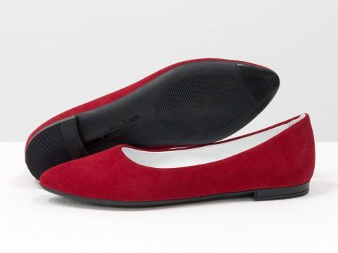 Летние балетки красного цвета из натуральной замши на тонкой подошве черного цвета