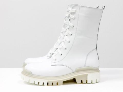 Белые ботинки-берцы из натуральной кожи на высокой шнуровке, на тракторной подошве белого цвета, Б-16077/1-12
