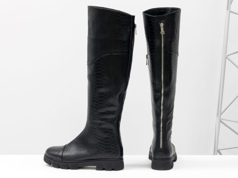 Черные кожаные ботфорты с текстурой питон на противоскользящей подошве