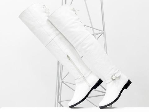 Белые высокие сапоги ботфорты из натуральной кожи питон на низком ходу