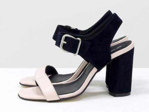Босоножки на высоком каблуке из кожи пудрового цвета и синей замши , С-1951-08