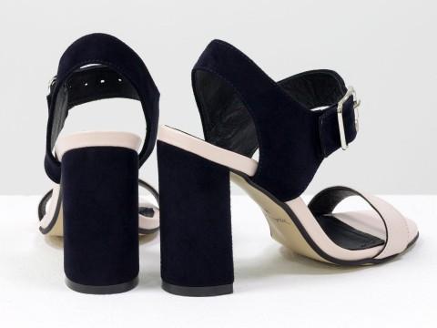 Босоножки на высоком каблуке из натуральной кожи пудрового цвета и синей замши