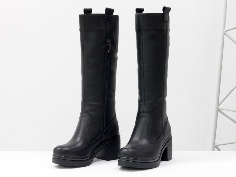 Осенние сапоги черного цвета из натуральной гладкой кожи на каблуке