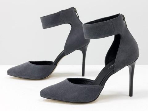 Туфли с острым носком из натуральной замши серого цвета на шпильке