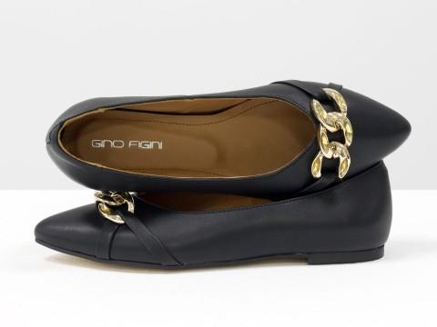 Женские туфли на низком ходу из натуральной черной кожи с золотой фурнитурой, Т-2109-02