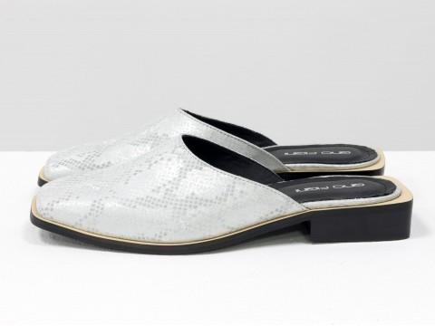 Дизайнерские мюли из натуральной итальянской кожи серебристого цвета с текстурой питон и табачным подкладом