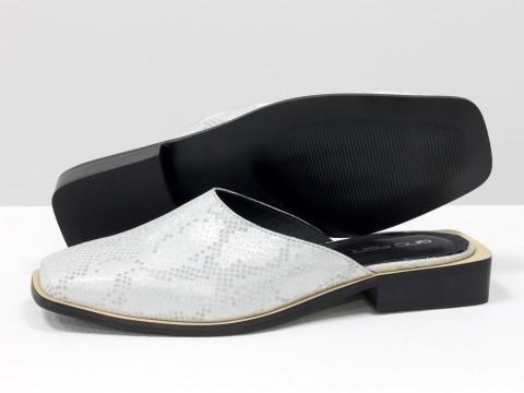 Стильные дизайнерские мюли из натуральной итальянской кожи серебристого цвета с текстурой питон и табачным подкладом