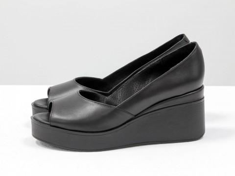 Летние туфли черного цвета из натуральной кожи на танкетке