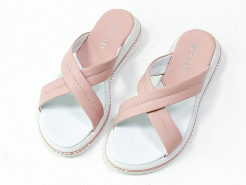 Летние шлепанцы из нежно-розовой кожи на удобной подошве белого цвета