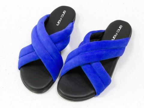 Летние шлепанцы ярко-синего цвета из нежной замши на черной подошве без каблука