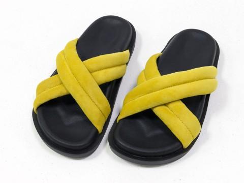Летние шлепанцы ярко-желтого цвета из нежной замши на черной подошве без каблука