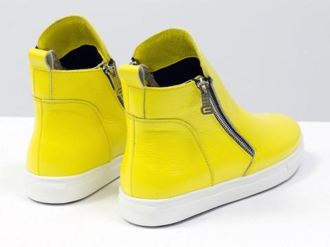 Женские желтые ботинки из натуральной кожи на белой подошве