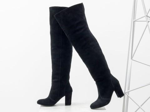 Черные сапоги ботфорты из натуральной замши на каблуке