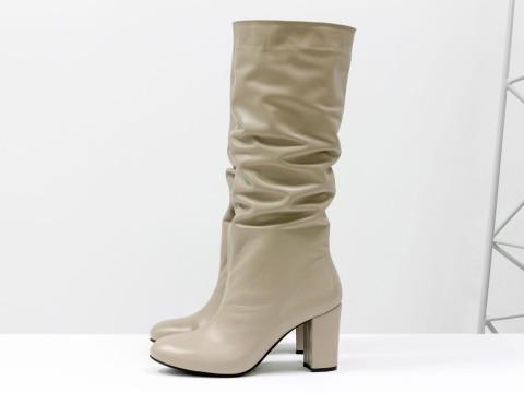 Бежевые сапоги-гармошки на каблуке из натуральной кожи
