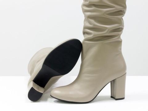 Бежевые сапоги на каблуке из натуральной кожи со зборкой