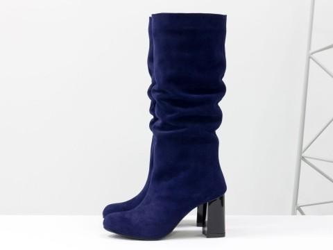 Замшевые синие сапоги со сборкой на удобном каблуке