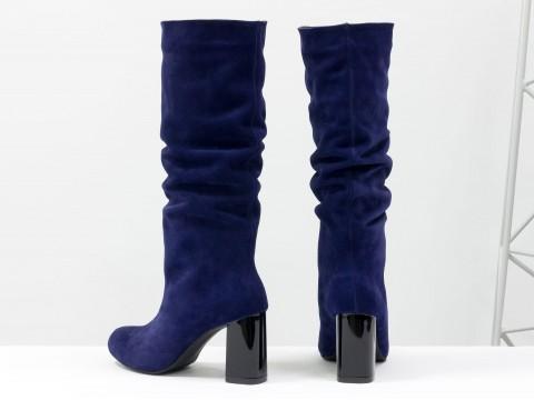 Замшевые синие сапоги на удобном глянцевом каблуке