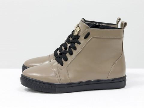 Женские ботинки бежевого цвета из натуральной кожи на прорезиненой черной подошве, Коллекция Весна-Осень