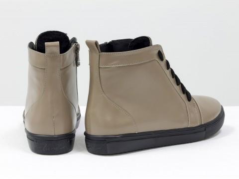 Женские ботинки бежевого цвета из натуральной кожи на прорезиненой черной подошве