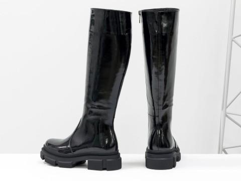 Осенние сапоги черного цвета из натуральной лаковой кожи  на утолщенной подошве, М-2064-02