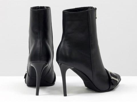 Классические ботинки на шпильке из натуральной черной кожи