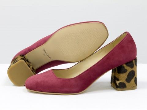 Бордовые туфли из натуральной замши-велюр на среднем каблуке из меха пони