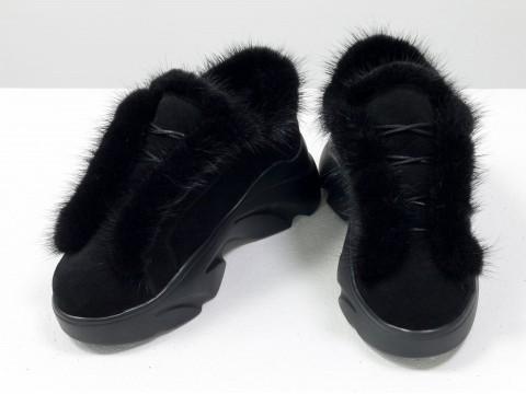Черные замшевые кеды на высокой платформе украшены мехом норки