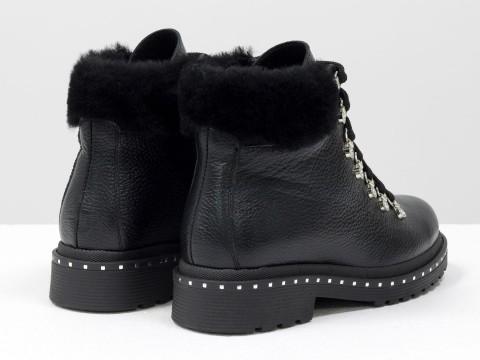 Зимние кожаные ботинки на шнуровке черного цвета украшены мехом