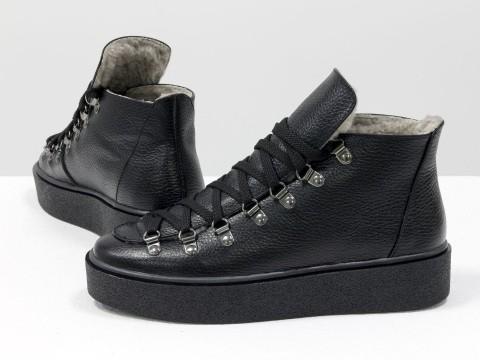Спортивные ботинки черного цвета из натуральной кожи со шнурками
