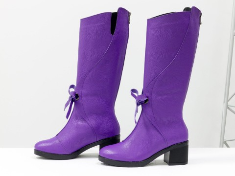 Женские сапоги на маленьком каблуке из кожи флотар ярко фиолетового цвета