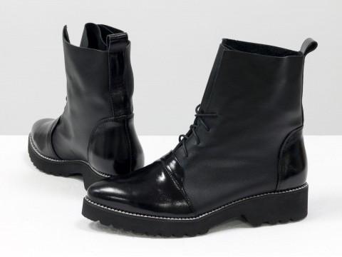 Облегченные женские ботинки черного цвета из натуральной гладкой и лаковой кожи на не высоком каблуке