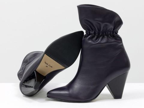 Сапоги-казаки из натуральной кожи фиолетового цвета на треугольном каблуке
