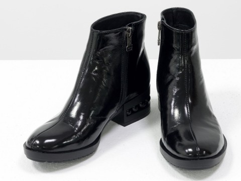 Классические женские ботинки из натуральной блестящей кожи черного цвета на каблуке с жемчугом
