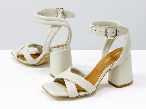 Дизайнерские бежевые босоножки на расклешенном обтяжном каблуке из натуральной итальянской кожи