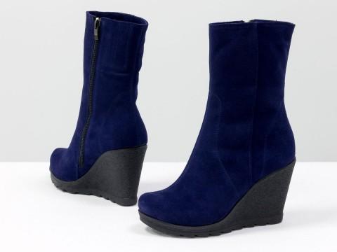 Классические женские ботинки на высокой танкетке из натуральной замши синего цвета