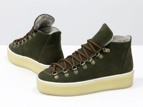 Женские спортивные ботинкииз матовой кожи зеленого цвета на прорезиненной подошве